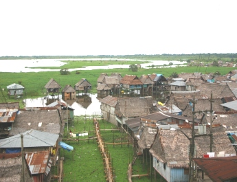 "Over 10,000 people live in houses on piles<BR> or floating rafts in  the   shantytown<BR> of Belén in Iquitos.""><img src="